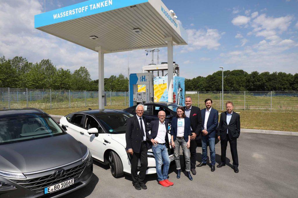 Vor der neuen Wasserstofftankstelle: Joachim Ronge (AGR), Fred Toplak (Bürgermeister der Stadt Herten), Sybille Riepe (H2MOBILITY), Ferry Franz (Toyota Motor Europe), Alexander Schadowski (Linde AG), Volker Lindner (h2-netzwerk-ruhr) (v.l.).